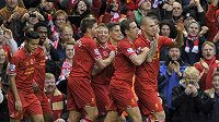 Martin Škrtel (zcela vpravo) oslavuje se spoluhráči z Liverpoolu gól proti Fulhamu. Trefí se v dreby proti Evertonu?