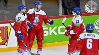 Český reprezentant Filip Chytil (druhý zleva) se raduje se spoluhráči ze svého gólu do sítě Velké Británie na MS v hokeji 2021.