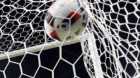 Francouzský brankář Hugo Lloris inkasuje gól ve finále ME s Portugalskem.