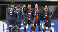 Golová radost hráčů PSG v dohrávaném utkání Ligy mistrů s Basaksehirem.