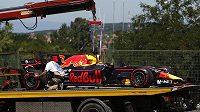 Pořadatelé odklízí vůz Daniela Ricciarda z Red Bullu během Velké ceny Maďarska.