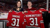 Německý fotbalista Bastian Schweinsteiger vyrazil po přestupu do MLS na zápas NHL i se svou ženou, bývalou tenistkou Anou Ivanovičovou. Štěstí týmu Blackhawks známý pár nepřinesl.
