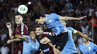 Edison Cavani střílí hlavou vítězný gól Uruguaye v duelu s Venezuelou.