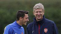 Mesut Özil (vlevo) s trenérem Arsenalu Arsenem Wengerem na tréniku Kanonýrů.