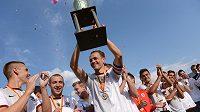 Fotbalisté Sparty vyhráli Letní ligový pohár Prahy, ve finále porazili Loko Vltavín. Vítěznou trofej drží obránce Ondřej Švejdík.