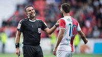 Rozhodčí Jan Jílek a slávista Josef Hušbauer během derby.