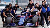 Mechanici týmu Toro Rosso tlačí monopost Rusa Daniila Kvjata.