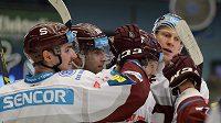 Hokejisté Sparty se radují z gólu na ledě Plzně.
