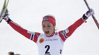 Norský běžkyně na lyžích Therese Johaugová bouřlivě oslavuje triumf ve skiatlonu na MS ve Falunu.