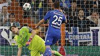 Fotbalista Schalke Klaas-Jan Huntelaar (vpravo) překonává gólmana Realu Madrid Ikera Casillase (vlevo).