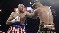 Tyson Fury (vlevo) trefuje Němce Schwarze v zápase těžké váhy v americkém Las Vegas.