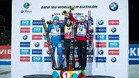 (zleva): Anton Šipulin, Martin Fourcade a Emil Hegle Svendsen po sprintu na 10 km v rámci světového poháru v biatlonu ve Vysočina Areně v Novém Městě na Moravě.