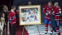 Hokejisté Montrealu Tomáš Plekanec a Andrej Markov předávají obraz Saku Koivovi (vlevo) před utkáním s Anaheimem.