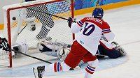 Roman Červenka dává gól proti Slovensku v osmifinále OH.