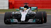 Lewis Hamilton zdraví diváky v Silverstonu po úspěšně zvládnuté kvalifikaci.