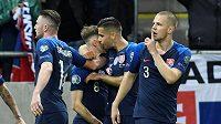 Slovenský fotbalista Ondrej Duda slaví se spoluhráči gól v síti Maďarska v kvalifikaci o postup na EURO 2020.