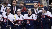 Slovenští hokejisté se radují z vítězství nad Švédskem v boji o bronz na MS do dvaceti let.