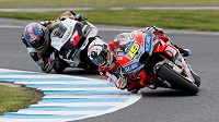 Kvalifikace na Velkou cenu MotoGP v Austrálii. Alvara Bautistu (19) stíhá český závodník Karel Abraham (17).