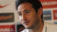 Frank Lampard na tiskové konferenci před zápasem s Ukrajinou.