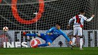 Záložník Vallecana Adri Embarba dává jediný gól utkání s Realem Madrid.