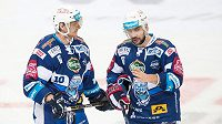 Hokejisté Brna Martin Erat (vlevo) a Jozef Kováčik během druhého utkání čtvrtfinále Generali play off na ledě Sparty.
