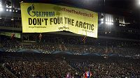 Členové hnutí Greenpeace slanili ze střechy stadiónu a rozvinuli transparent.