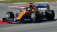 Nováček Lando Norris za volantem McLarenu.