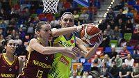 Marija Režanová z USK Praha v tvrdém souboji pod košem se soupeřkou z Orenburgu v utkání 8. kola Evropské ligy basketbalistek.