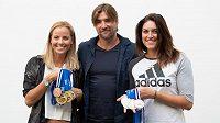 Beachvolejbalistky Markéta Nausch Sluková (vlevo), trenér Simon Nausch a Barbora Hermannová a jejich získané medaile z letošní úspěšné sezóny.