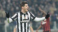 Útočník Juventusu Alvaro Morata slaví gól proti AC Milán.