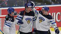 Finští hokejisté (zleva) Petri Kontiola, Joonas Kemppainen a Janne Pesonen se radují z gólu proti Norsku.