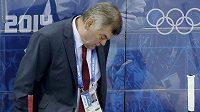 Zdrcený kouč slovenských hokejistů Vladimír Vůjtek během utkání s USA.