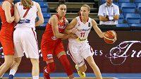 Česká reprezentantka Kateřina Elhotová (vpravo) a Tatsiana Lichtarovičová v osmifinále basketbalového ME proti Bělorusku.