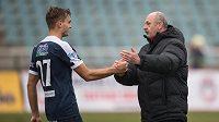 Trenér Slovácka Stanislav Levý a Tomáš Břečka oslavují vítězství nad Duklou.