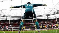 Čech se staví k penaltě v utkání s Watfordem.