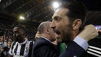 Legendární brankář Juventusu Gianluigi Buffon (vpravo)