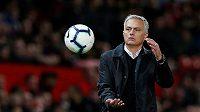 Manažer fotbalového Manchesteru United José Mourinho si tenhle míč na památku asi nenechá. Rudí ďáblové prohráli s Tottenhamem 0:3 a Mourinho tak utrpěl nejtěžší domácí porážku v kariéře.