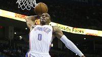 Basketbalista Oklahomy City Russell Westbrook zavěšuje.
