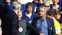 Arséne Wenger (vlevo) a José Mourinho se v lásce nemají. Znovu to dokázali v neděli.