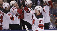 Útočník Pavel Zacha z New Jersey Devils slaví se spoluhráči gól, který vstřelil v utkání NHL do sítě Toronta Maple Leafs. V utkání se trefil hned dvakrát.
