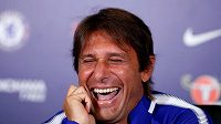 Rozesmátý kouč Chelsea Antonio Conte na tiskové konferenci.