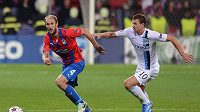 Plzeňský obránce Roman Hubník (vlevo) uniká útočníkovi Manchesteru City Edinu Džekovi v zápase Ligy mistrů.