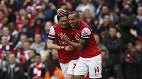 Tomáš Rosický a Theo Walcott z Arsenalu se radují z branky proti Manchesteru United.