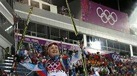 Biatlonista Ondřej Moravec slaví stříbrnou medaili ze stíhacího závodu na olympiádě v Soči.