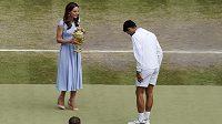 Srbský tenista Novak Djokovič přebírá trofej pro wimbledonského vítěze od vévodkyně Kate