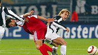 Pavel Nedvěd (vpravo) a Michael Ballack v utkání Ligy mistrů mezi Bayernem a Juventusem.