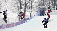 Český snowboardcrossař David Bakeš (vlevo) skončil hned v první vyřazovací jízdě, zleva doprava dále Francouz Paul-Henri de Le Rue, Němec Paul Berg a Kanaďan Christopher Robanske.