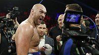 Britský boxer Tyson Fury po vítězství nad doposud neporaženým Němcem Schwarzem v Las Vegas.