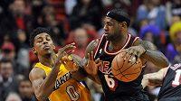 Největší hvězda Heat LeBron James (vpravo) ve čtvrtečním utkání s Lakers.