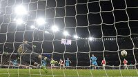 Lionel Messi střílí Petru čechovi druhý gól z penalty, Barcelona vítězí nad Arsenalem 2:0.